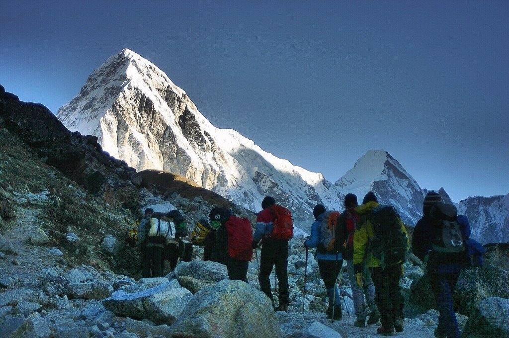 another-shot-of-hiking-at-dawn-via-mount-everest-base-camp-trail-taken-december-2014_t20_g1pAjb