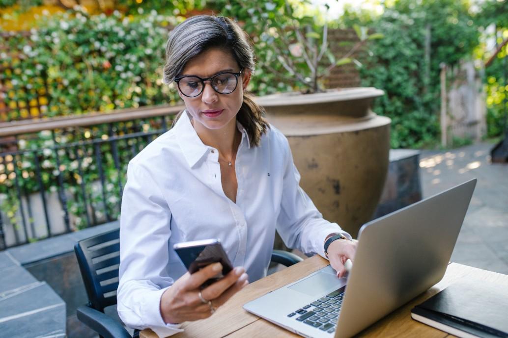 business-women-working-on-laptop-outside_t20_jR3AXz