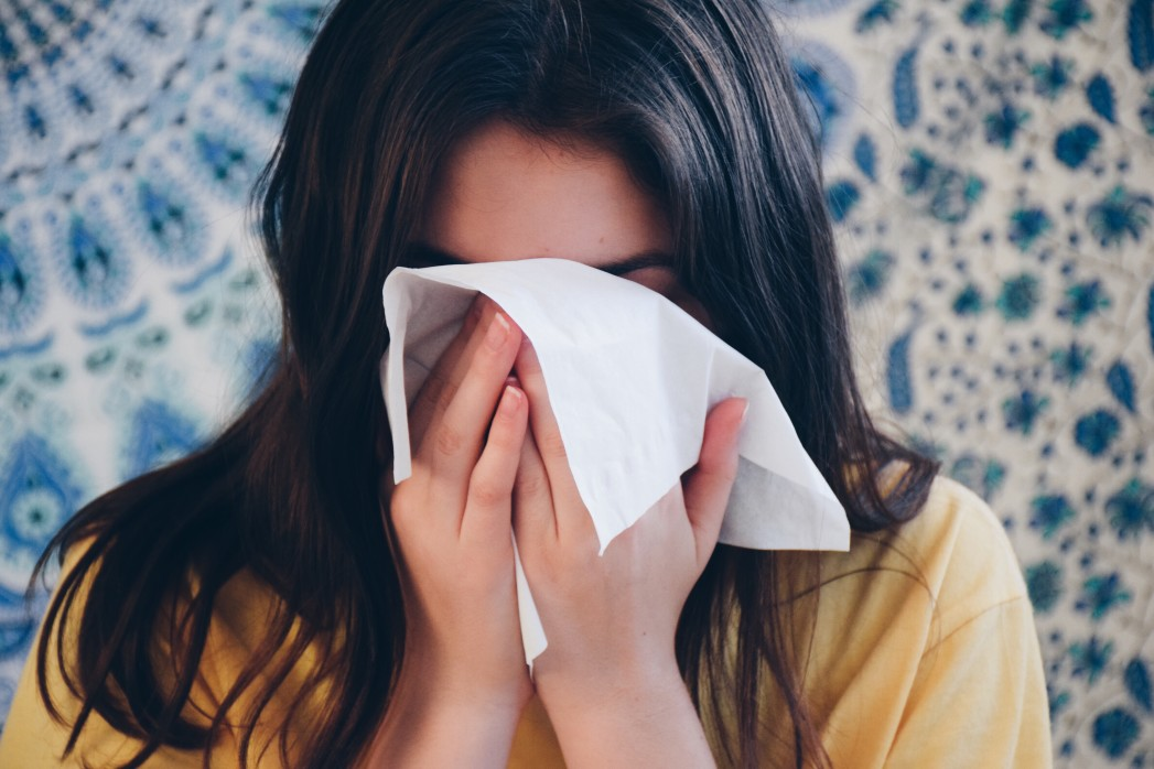 girl-using-facial-tissue-to-blow-her-nose_t20_QQr03b