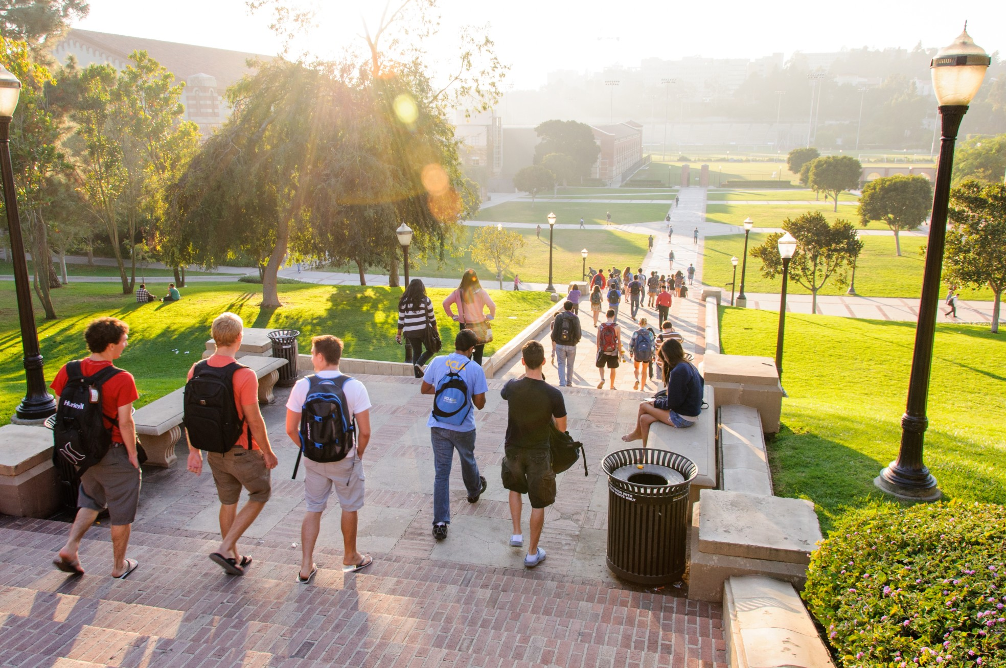 students-walking-home-late-afternoon-at-the-ucla-campus_t20_bAgn9g
